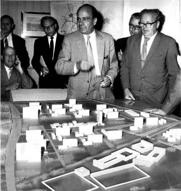 Collage: On 9th September, 1959: Werner Hebbrand explains the development plan for Hambrug City North, right: Building Minister Werner Büch.